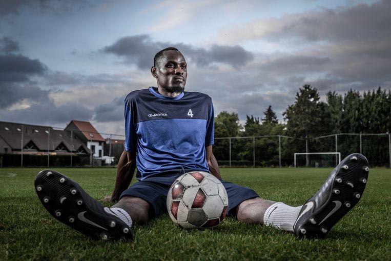 Junior Bright Etuwe kwam op zijn 19 jaar naar België en werd een droomcarrière als profvoetballer beloofd. Vandaag speelt hij bij eerste provincialer Grimbergen en moet hij gewoon werken voor zijn geld. Etuwe is één van de vele Afrikaanse spelers die met valse beloftes naar ons land gehaald worden. Beeld Jan Aelberts