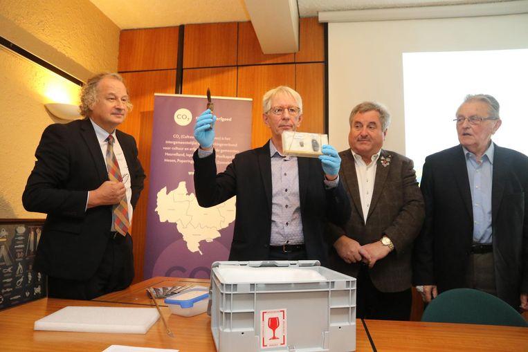 Mede-eigenaar van de enorme collectie Jean-Luc Putman geeft uitleg bij enkele gevonden stukken. Links burgemeester Marc Lewyllie, rechts Jef Verschoore van CO7 met mede-eigenaar Marc Soenen.