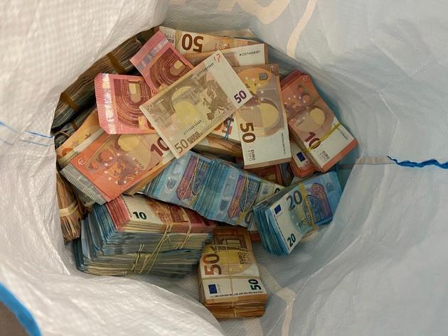 Een deel van het cash geld dat de man uit Libanon in zijn auto had liggen.