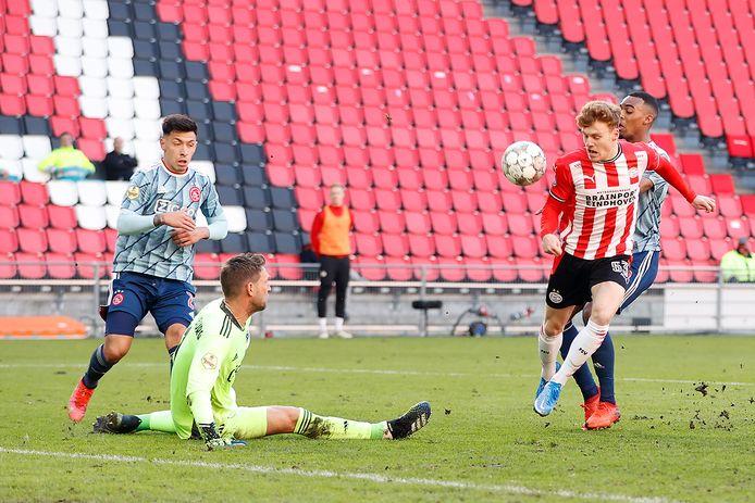 Yorbe Vertessen zag zijn 2-0 tegen Ajax afgelopen zondag afgekeurd worden door hands.