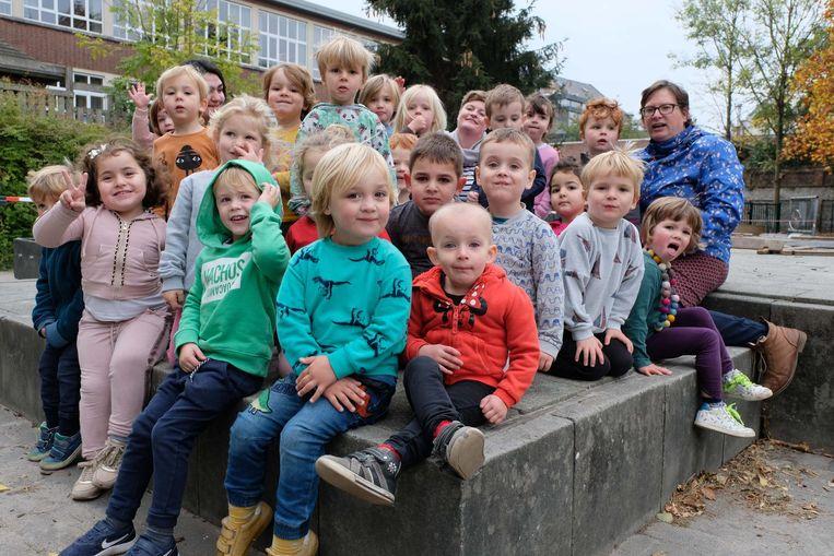 Eveline (vooraan in het oranje) met haar klasgenootjes.