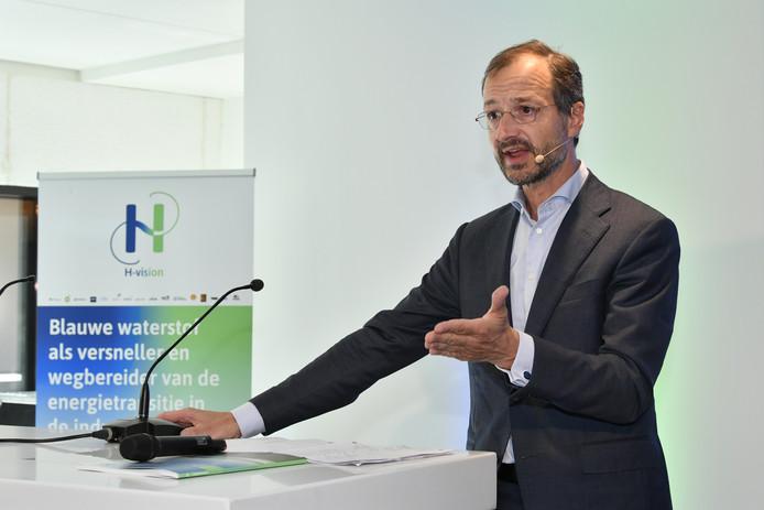 Minister Eric Wiebes nam het onderzoek met de plannen voor het ombouwen van de raffinaderijen in Rotterdam in ontvangst.