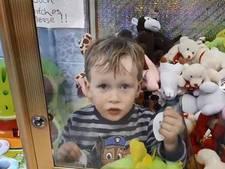 Jongetje (3) kruipt in grijpautomaat en komt vast te zitten