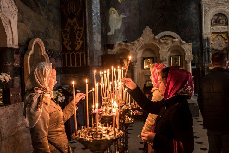 Kerkgangers bezoeken het Holenklooster van Kiev Beeld Getty Images