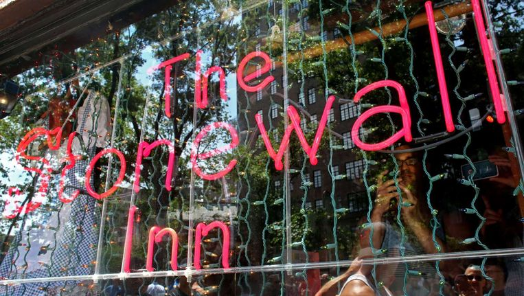 De bar Stonewall Inn, waar de rellen zich afspeelden, is nog steeds open in New York. Beeld anp