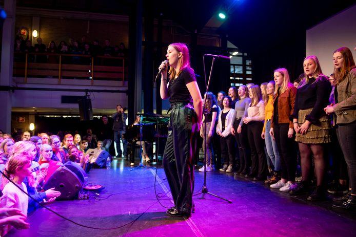 Emma Boertien op het podium van haar eigen school, het Noordik in Almelo