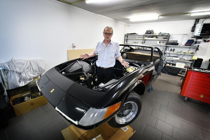 Enschede - Ferrari-eigenaar Johan Groothuis heeft conflict met bedrijf dat motor van z'n auto heeft gereviseerd. Daardoor zit hij al jaren zonder motor. Foto van Groothuis met de Ferrari zonder motor