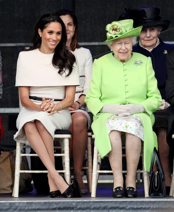 Queen Elizabeth II en Meghan kleuren leuk samen.