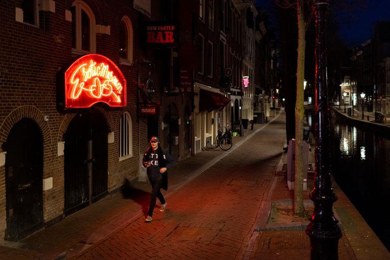 De rosse buurt, maar dan tijdens de pandemie: zonder de mensendrommen oogt de stad  rustiger en mooier dan ooit.  Beeld NYT