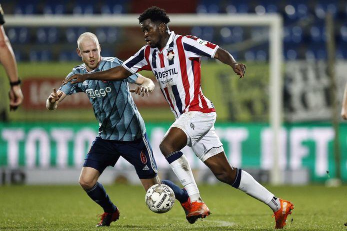 Willem II-spits Kwasi Wriedt (rechts) in duel met Davy Klaassen van Ajax. Wilem II - Ajax eindigde afgelopen seizoen in 1-1.