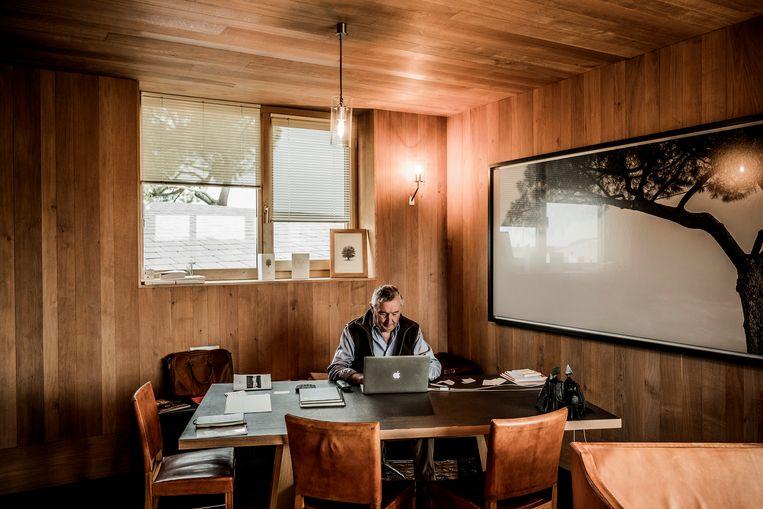 Thienpont in zijn bureau. Beeld Diego Franssens