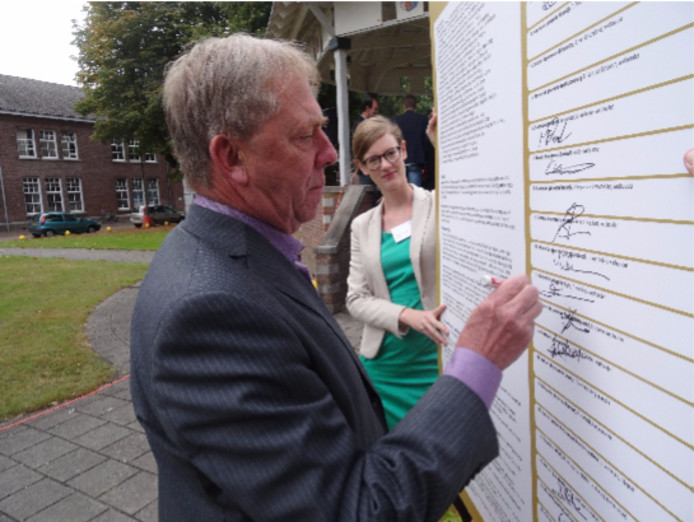 Heusdense wethouder Wim van Engeland tekent Zuiderwaterlinie akkoord.