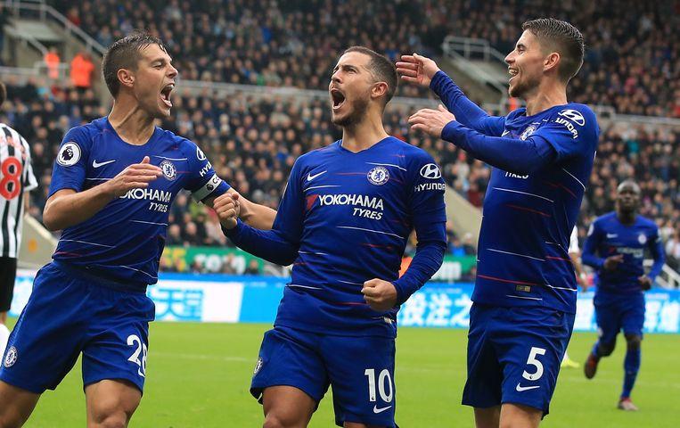 Eden Hazard (midden) viert zijn doelpunt. Beeld Photo News