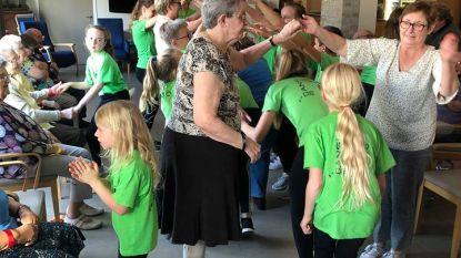 De Dansstudio bezoekt bewoners wzc De Vlamme