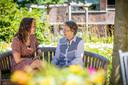 Bente de Roode en haar oma kletsen bij in de tuin van het woon-zorgcentrum De Wingerd.