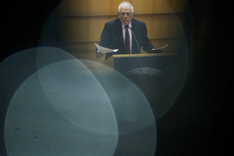 EU-buitenlandchef Josep Borrell geeft tekst en uitleg aan het Europees Parlement dat kritisch reageerde op zijn bezoek onlangs aan Moskou. Beeld AP
