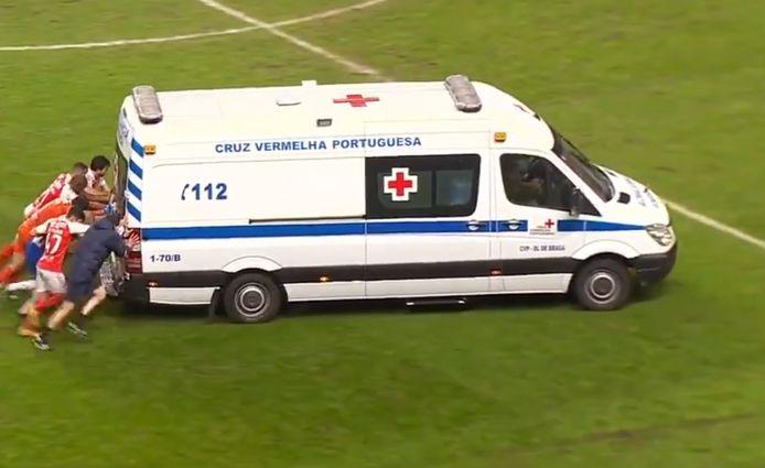 Spelers van Braga duwden de ambulance van het veld.