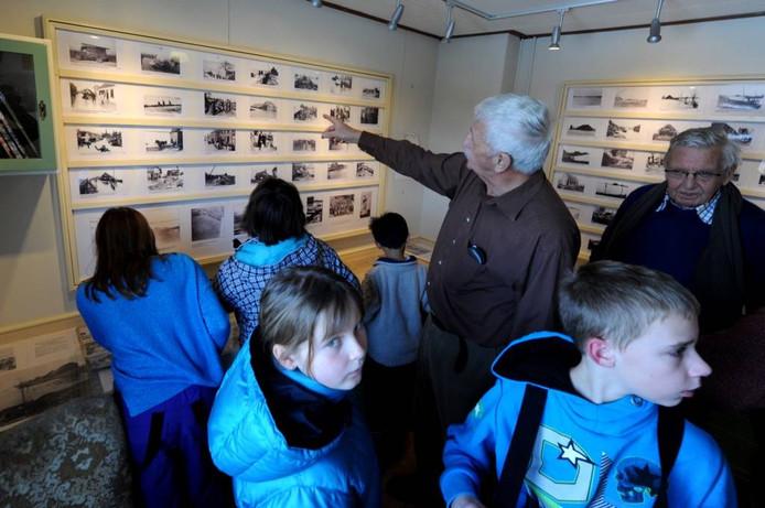 Kinderen van de basisschool krijgen uitleg over de tentoonstelling over de watersnoodsramp.foto Edmund Messerschmidt/het fotoburo