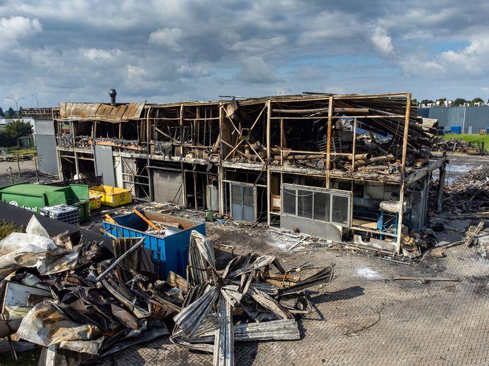 Een uitslaande brand heeft zaterdagnacht een bedrijfspand in Dronten volledig verwoest. Beelden 'The day after'.