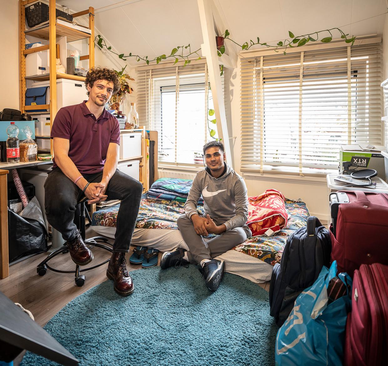 Dennis Molema biedt in zijn werkkamer onderdak aan student Mehedi Hasan Juel uit Bangladesh: 'Dennis is de aardigste persoon die ik ooit heb ontmoet.' Beeld Harry Cock / de Volkskrant