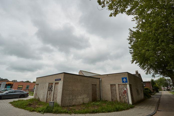 Het voormalige pand van stichting het Groene Kruis. Inmiddels zijn houten planken vastgespijkerd waar eerder deuren zaten en is het vol graffiti gespoten.