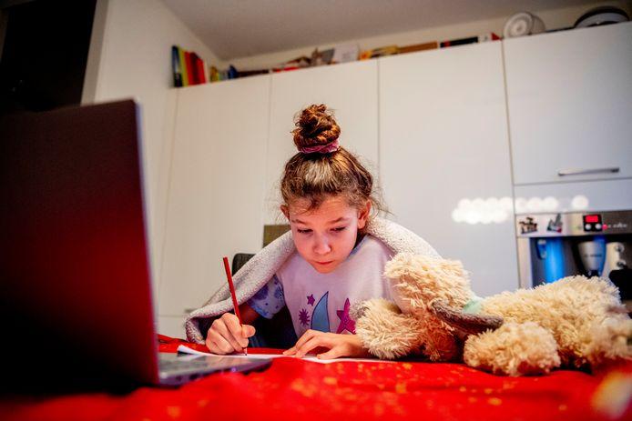 Nu de scholen weer dicht zijn, volgen de kinderen digitaal thuisonderwijs.