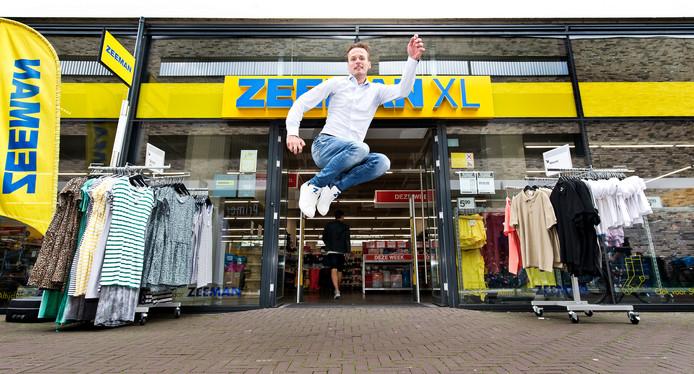 Zeeman-topman Erik-Jan Mares, mét de basic Zeeman-sneakers aan zijn voeten, laat zien dat hij een behoorlijke sprongkracht bezit. Hij springt voor de ingang van de Zeeman XL-winkel in Alphen aan den Rijn.