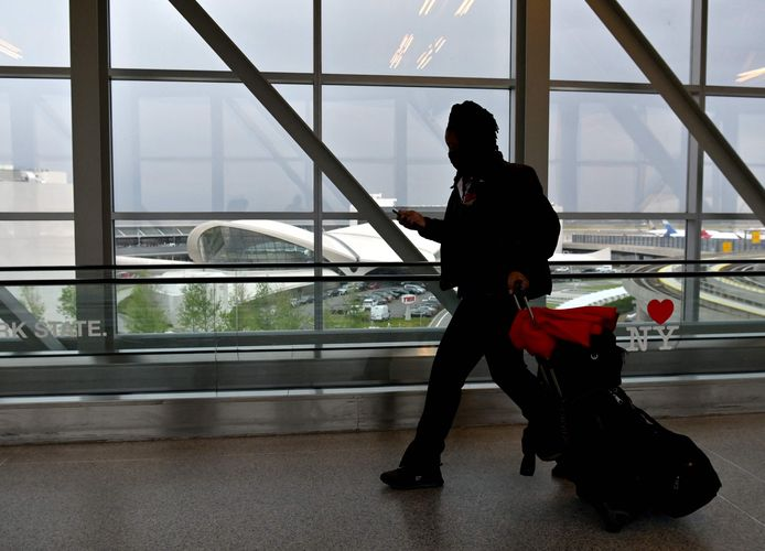 Een reiziger op de John F. Kennedy (JFK)-luchthaven in New York City. Ter illustratie.