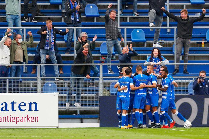 Fans van PEC Zwolle juichen na een treffer tegen Sparta op 26 september 2020.