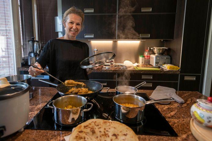 Karin Karamat Ali kookt deze dagen graag een extra portie voor gasten van Resto VanHarte die dat wel kunnen gebruiken.