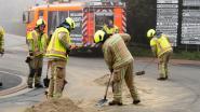 Vrachtwagen verliest lading zand op rotonde Kleine Akker