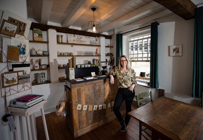 Wat ooit de 'goeikamer' in haar ouderlijk huis was, heeft Eva Otting omgebouwd tot koffiehuis.