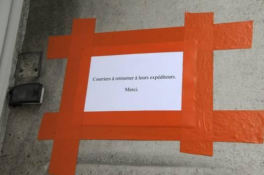 'Post terugsturen naar de afzender. Bedankt' hangt aan de ingang van het gruwelhuis in Nantes.