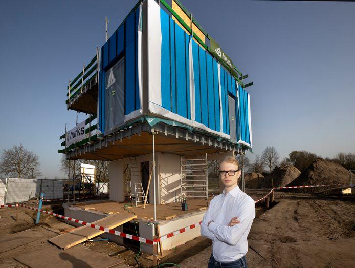 Antoine Post bij de CASA-woningen in de slimme wijk in Helmond-Brandevoort.