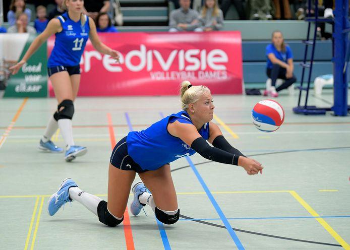 Beachtopper Raïsa Schoon leeft zich uit in de zaal tijdens het debuut van Voltena in de eredivisie.