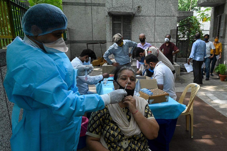 Un agent de santé réalise un test PCR dans un centre de santé à New Delhi le 10 juin 2021.