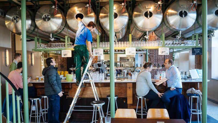 Een van de deelnemende brouwerijen aan de Nederlandse Brouwerijdagen is Poesiat Kater, onlangs geopend in Amsterdam-Oost. Beeld Marc Driessen