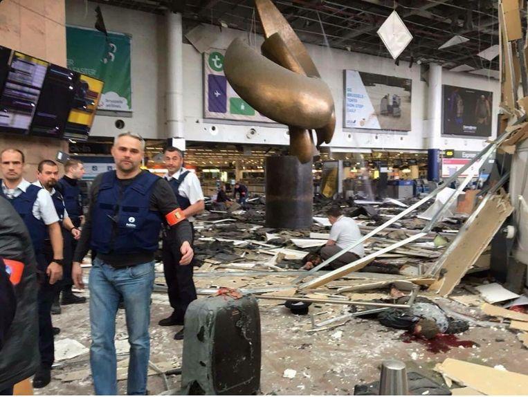 De verwoeste vertrekhal van vliegveld Zaventem. Beeld