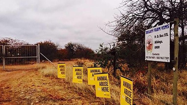 Protestborden aan de Braam farm. Beeld rv