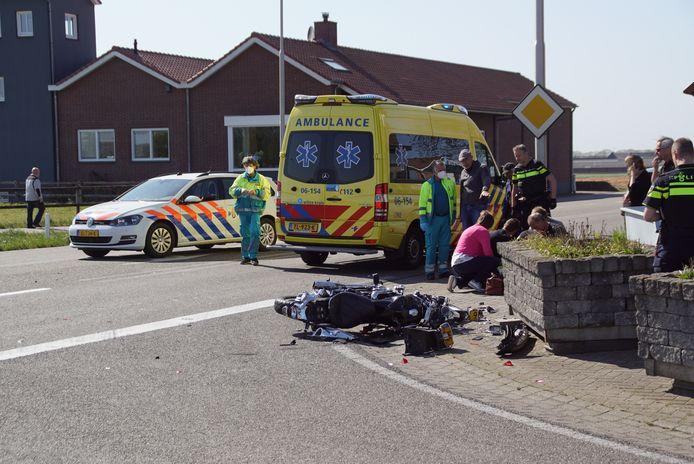 Hulpverlening na de aanrijding op de kruising van de Heideweg met de Halseweg (N330) in Halle.