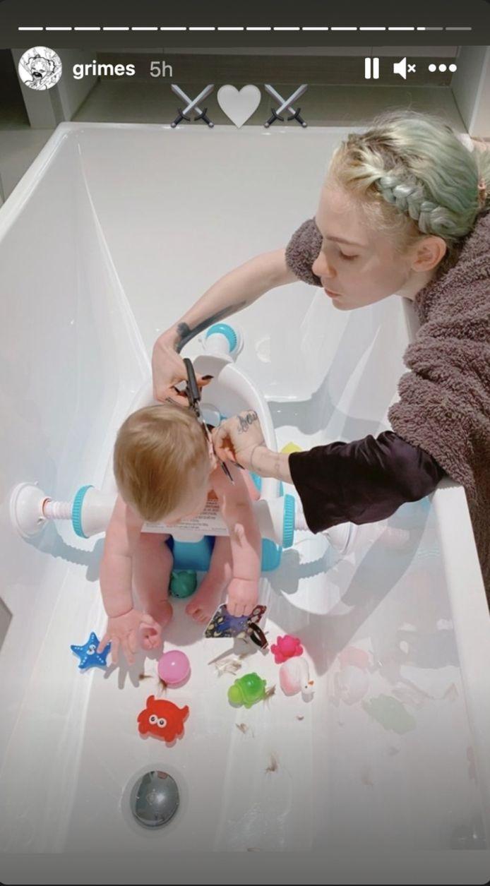 Grimes knipt haren van zoontje Elon Musk