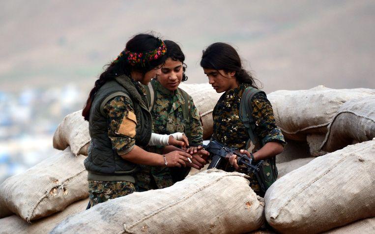 Koerdische strijdsters nemen deel aan de strijd tegen IS.  Beeld EPA