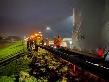 Vrachtwagen met dubbele klapband veroorzaakt schade aan reeks auto's op de A1 bij Deventer