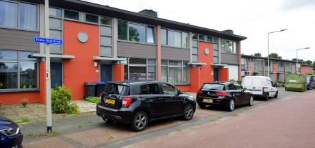Woningcorporatie verft huizen oranje, bewoners woest: 'Spuuglelijk'