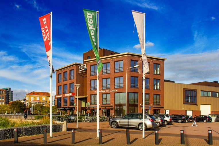 Op de plek van station IJmuiden staat nu een hotel met café en restaurant. Beeld Sander Groen