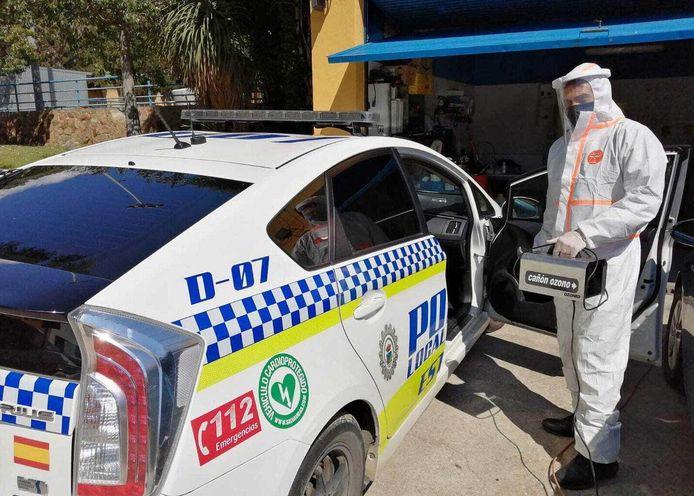 De Spaanse politie gebruikt al langer ozon om de auto's te ontsmetten. Edwin Stal uit Wemeldinge levert deze apparatuur nu ook in Nederland.