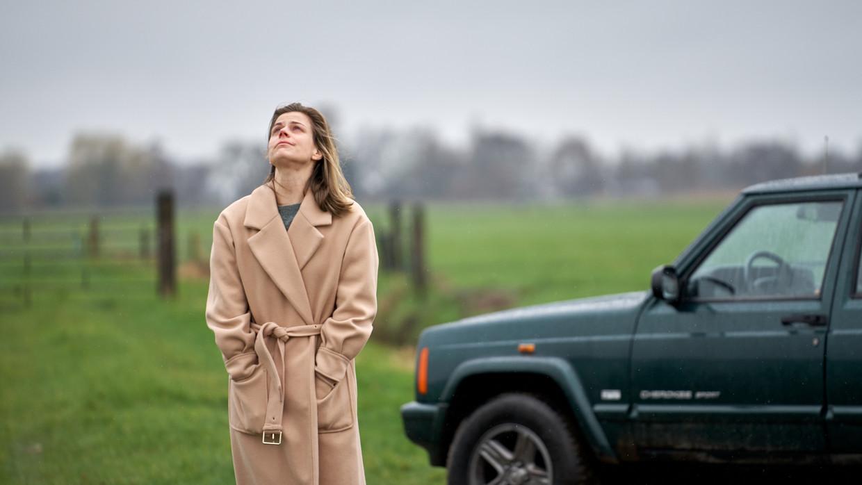 Eva, gespeeld door Elise Schaap, raakt steeds verder verstrikt in haar herinneringen. Beeld mark de blok