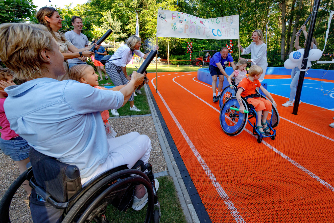 In de tuin bij Villa Pardoes wordt door Esther Vergeer (links) samen met een kleine gast het Sport Court geopend.