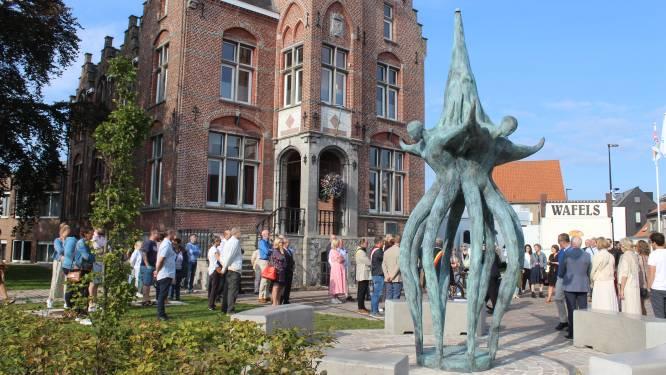 Dorpskernvernieuwing Sint-Laureins voltooid: kunstwerk 'Verbonden' is kers op de taart