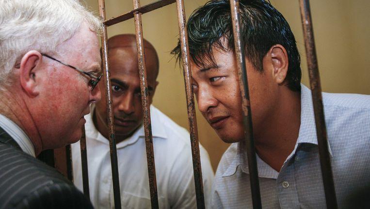 Andrew Chan (R) en Myuran Sukumaran (L) met hun advocaat. Beeld EPA